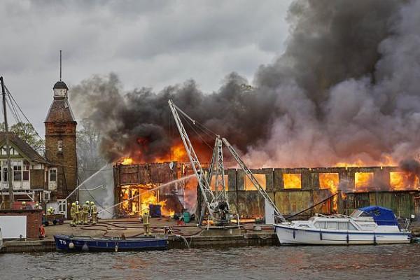 بريطانيا: اندلاع حريق كبير في حوض للقوارب بالقرب من نهر التايمز