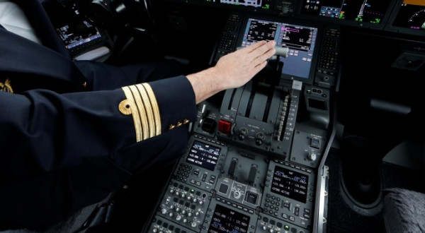 شاهد: طيار يفاجئ فتاة سعودية على متن طائرة.. ماذا فعل ؟