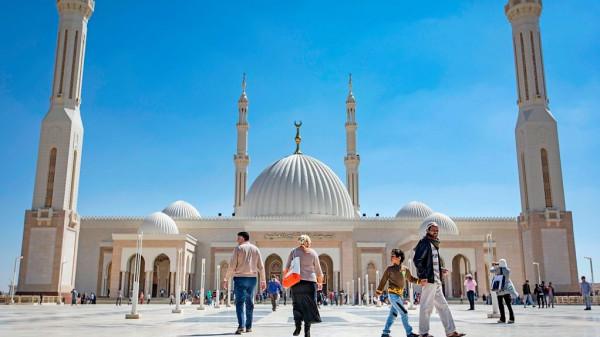 بعد الأمر بالقبض عليها.. موقع يكشف هروب راقصة أجرت جلسة تصوير بساحات المسجد