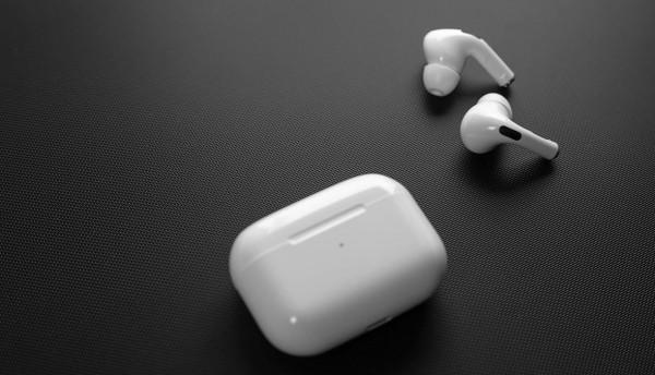 لهذا السبب.. أبل تتخذ قرار صادم بشأن إنتاج سماعتها الذكية AirPods