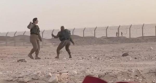 شاهد: مجندات إسرائيليات يرقصن على الحدود بالتزامن مع رقص جنود مصريين