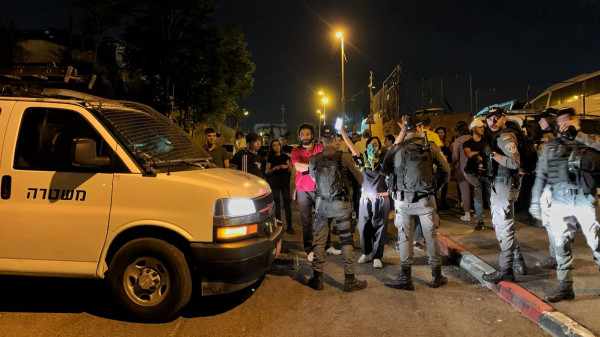 قوات الاحتلال تعتقل مواطنا وتعتدي على آخرين في حي الشيخ جراح بالقدس