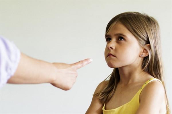 شاهد: معلمة لبنانية تعتدي على طفل بالضرب.. و هذا ما حصل لها