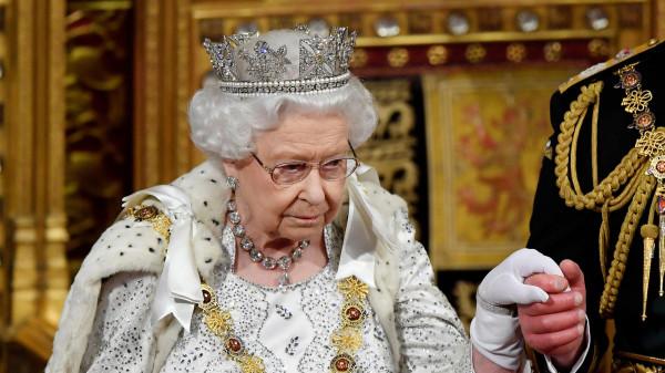 لهذا السبب الغريب.. العائلة المالكة تتخوف من انهيار العرش وسقوط التاج الملكي