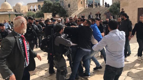 الاحتلال يعتقل أحد حراس الأقصى ويمدد إبعاد أحد موظفيه ستة أشهر
