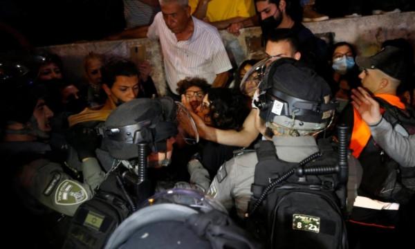 الاحتلال يعتقل عددا من المواطنين في حي الشيخ جراح بينهم أمين سر فتح بالقدس