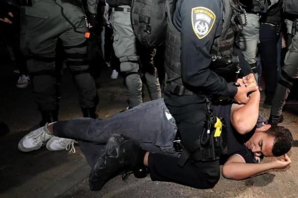 الاحتلال يعتقل مواطنيْن أحدهما مصاب من حي الشيخ جراح بالقدس
