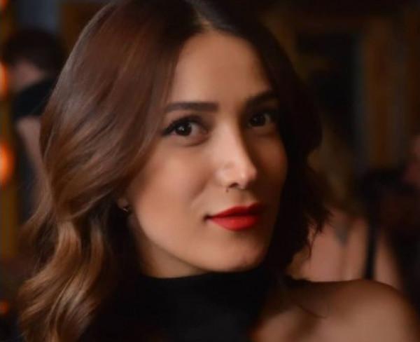 """شاهد: تسنيم باشا تصدم جمهورها بملامحها الحقيقية في مسلسل """"على صفيح ساخن"""""""