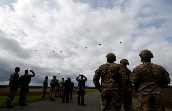 إصابة 10 مظليين أمريكيين بإنزال فاشل في إستونيا