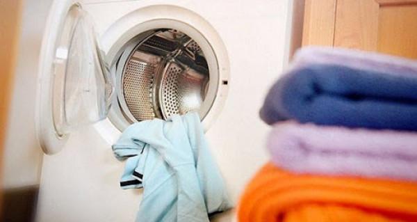 شاهد: وجه مخيف وغريب يظهر في ملابس الغسيل ويختفي.. ثم تحصل المفجأة