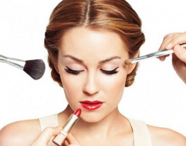 إليكِ أهم النصائح الضرورية لمكياج الصيف من الخبراء التجميل