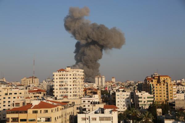 شاهد: قوات الاحتلال تدمر برج الشروق بالكامل وسط مدينة غزة
