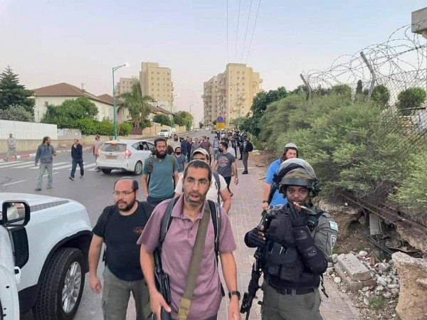 شاهد: مواجهات عنيفة وإصابة مستوطن بجروح خطيرة بعد إصابته بالرصاص في مدينة اللد