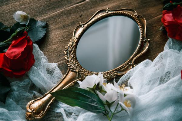هل فكرت يوما في اكتشاف أول مرآة في العالم؟