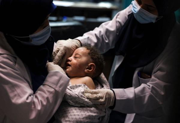 """مواطن غزي يطلب رعاية """"الرضيع"""" الناجي من مجزرة منزل أبو حطب بمخيم الشاطئ"""