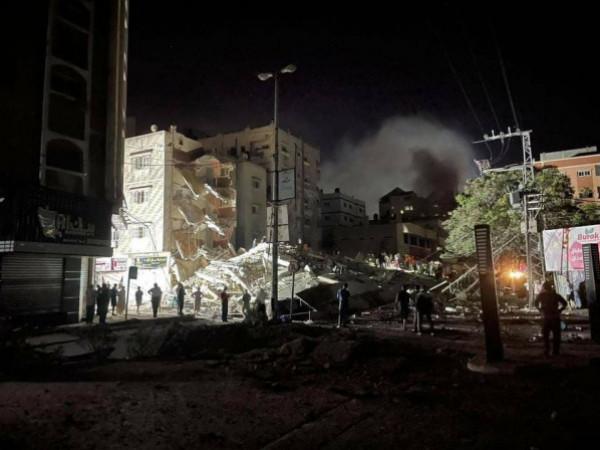 شاهد: إخراج مواطن غزي حياً من تحت أنقاض منزله الذي دمرته طائرات الاحتلال