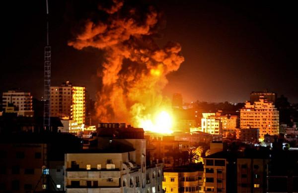 فيديو: الاحتلال يشن غارات عنيفة على مقار حكومية ومواقع للمقاومة بغزة