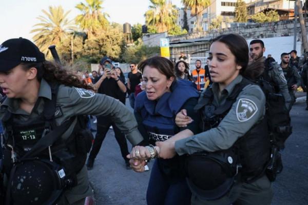 شاهد: قوات الاحتلال تعتقل مراسلة الجزيرة جيفارا البديري بحي الشيخ جراح