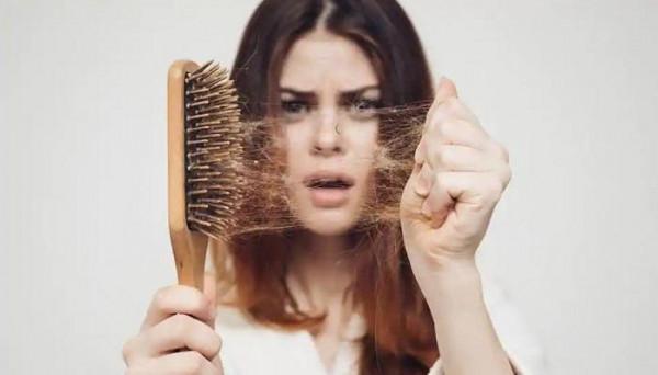 احذري.. هذه الأخطاء قد تزيد من نسبة تساقط الشعر