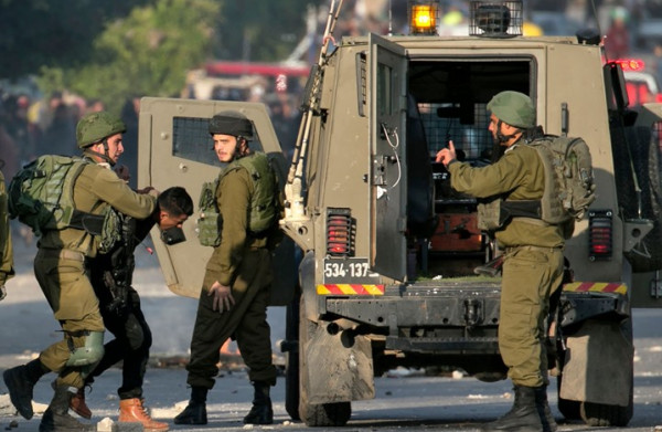الاحتلال يعتقل مواطنًا ونجله من الخليل