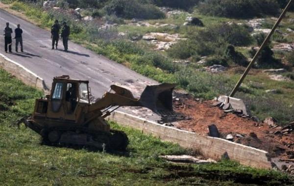 الاحتلال يجرف شارعا زراعيا شرق يطا