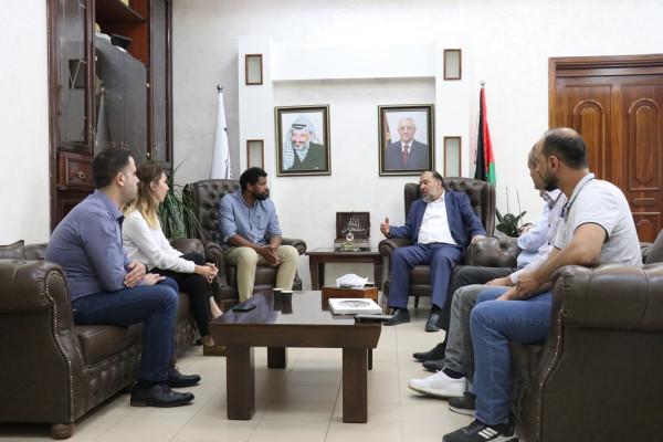 أبو سنينة يطلع وفداً من القنصلية الفرنسية على انتهاكات الاحتلال بالحرم الإبراهيمي
