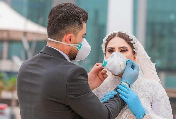 حفل زفاف مصري يلفت الأنظار.. وصيحات ملابس العزل