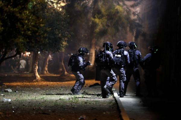 مستوطن يصيب طفلين بحروق في القدس