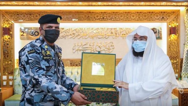 """السعودية.. السديس يكرم رجل الأمن في واقعة """"منبر الحرم"""""""