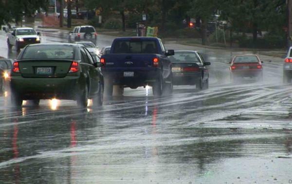 شاهد: لحظات مرعبة لاختفاء سيارة من الوجود بسبب المطر