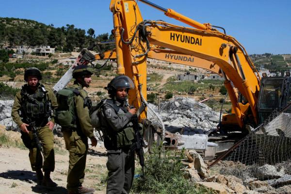 الاحتلال يهدم مسكنين ويستولي عليهما قرب مخماس