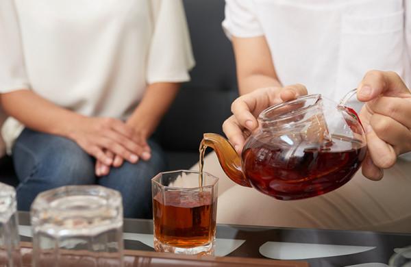 سعودي يقاضي زوجته بعد سكبها كوب شاي ساخن على يديه
