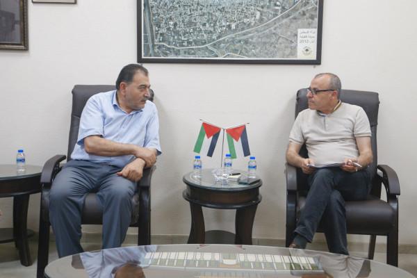 رئيس بلدية قلقيلية يلتقي وفدا من جمعية التنمية المجتمعية والتعليم المستمر