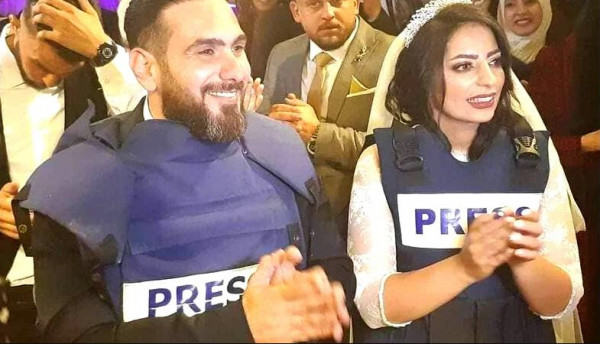 شاهد: صحفية وزوجها يتزينان بدرع المهنة خلال زفافهما في نابلس