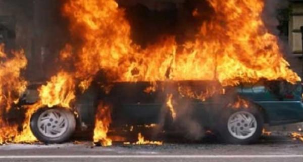 شبان يحرقون سيارة مستوطن في الخليل