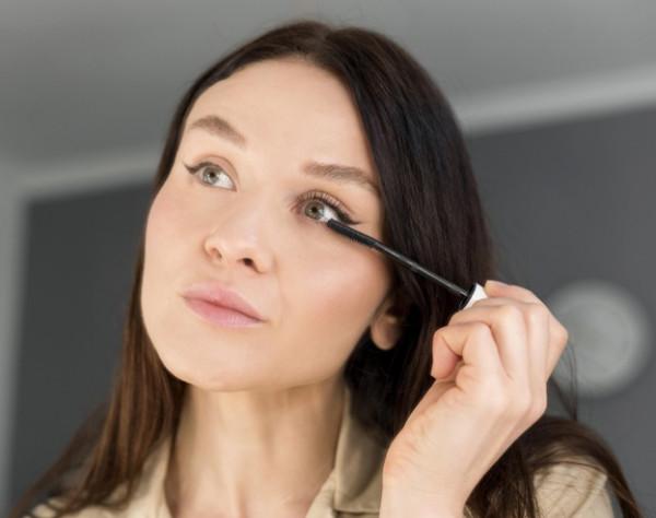 تجنبي هذه الأخطاء التي تفسد مكياج العيون