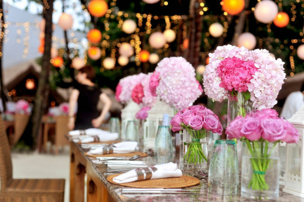 أجمل طريقة لتنسيق ديكورات طاولة العروسين