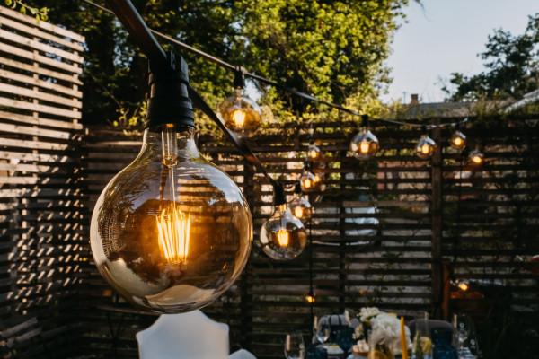 إليكِ أفضل أفكار إضاءة الحديقة الخارجية