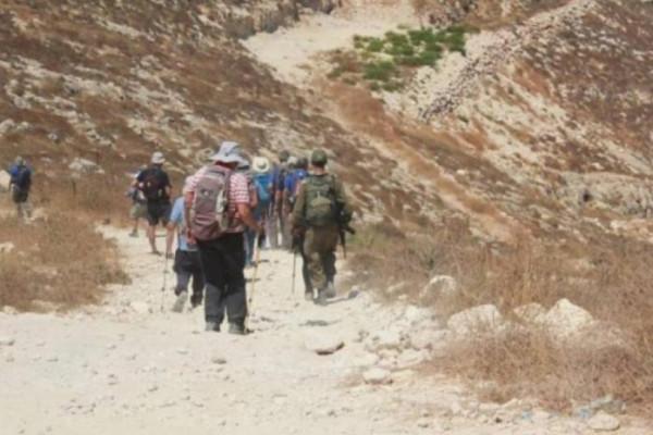 رام الله: مستوطنون يقتحمون جبل العالم بنعلين والاحتلال يجرف مئات الدونمات