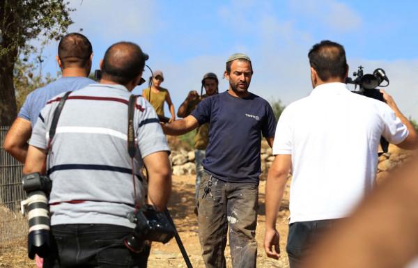 الخليل: مستوطنون يعتدون على سائق خلال عمله في شق طريق زراعي شرق يطا