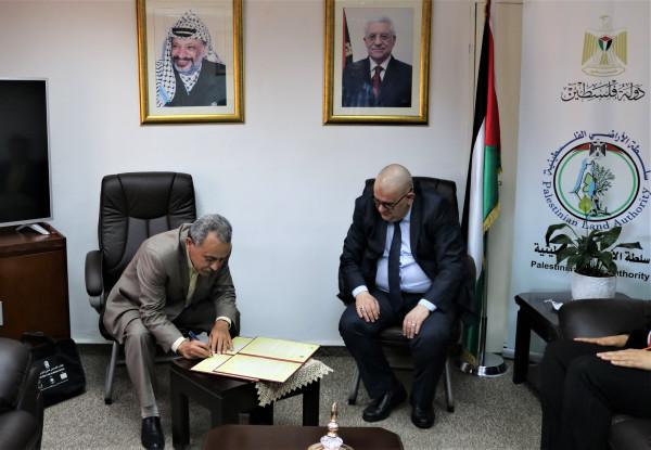 سلطة الأراضي الفلسطينية ومركز أبحاث الأراضي يوقعان مذكرة تفاهم