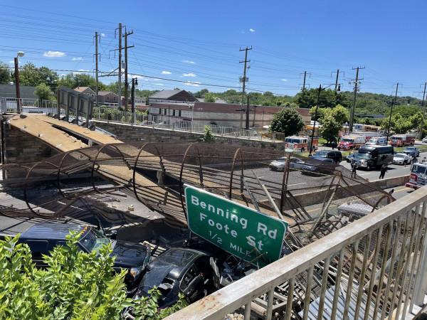 شاهد: إصابات بانهيار جسر للمشاة في واشنطن