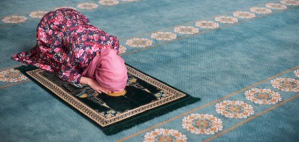 هل يجوز للنساء أداء سجدتي السهو من دون حجاب؟