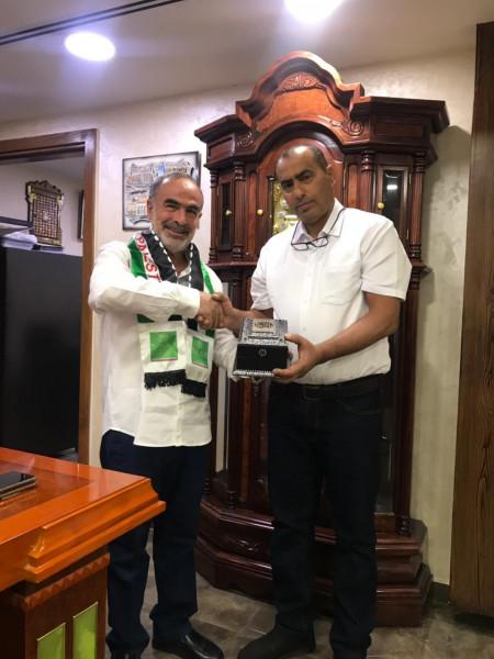 تكريم حسين العبادي وتقليده وشاح الكرامة