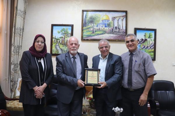 تربية قلقيلية واتحاد المعلمين يكرمان المدير العام السابق صالح ياسين