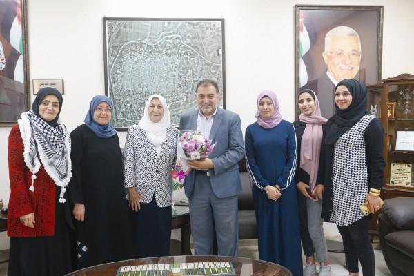 رئيس بلدية قلقيلية يستقبل وفداً من جمعية قلقيلية النسائية