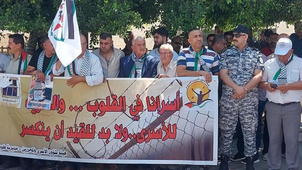 جبهة النضال الشعبي في طوباس تنظم وقفة تضامنية حاشدة مع الأسير أبو عطوان