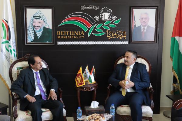 رئيس بلدية بيتونيا يستقبل سفير سيرلانكا الجديد لدى فلسطين