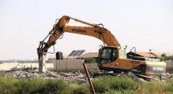 الاحتلال يهدم منشأة في النبي صموئيل ويخطر بهدم أخرى