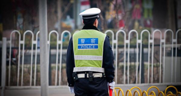 شاهد: شرطي صيني يفقد الوعي أثناء أداء عمله.. وهذا ما حصل